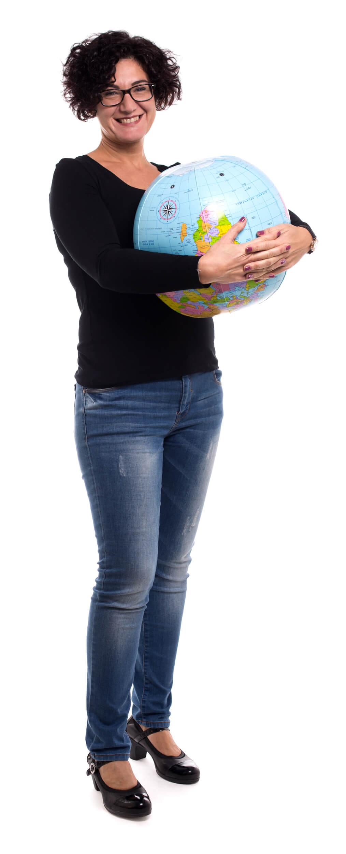 L'astrofisica Sabrina Rossi gioca con il mappamondo parallelo